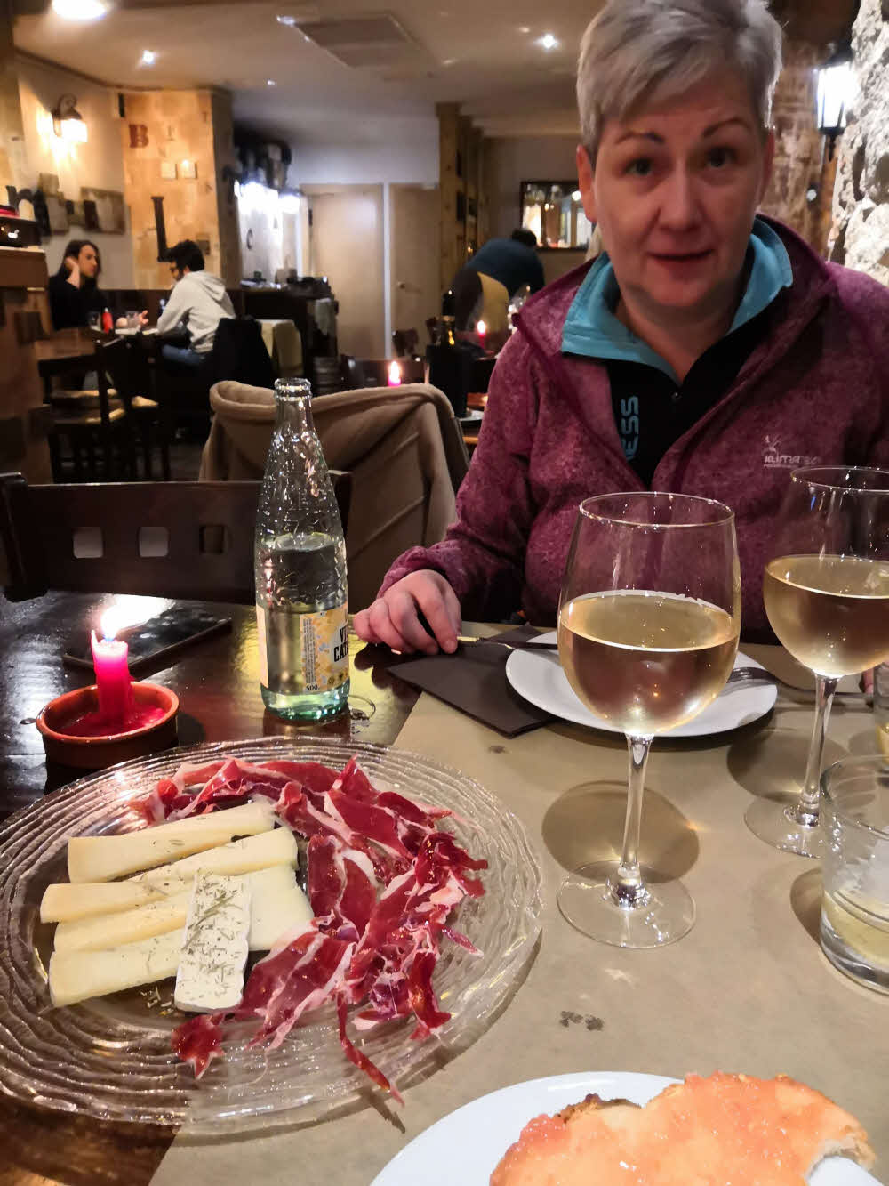 Tapas a španělské víno během výletu do Barcelony